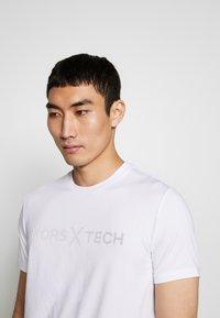 Michael Kors - KORS X TECH LOGO TEE - T-shirt con stampa - white - 3