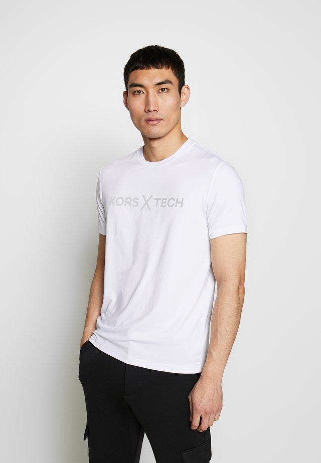 KORS X TECH LOGO TEE - T-shirt con stampa - white