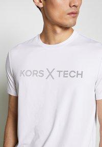 Michael Kors - KORS X TECH LOGO TEE - T-shirt con stampa - white - 5