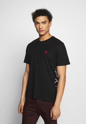 TECH VERTICAL SIDE LOGO TEE - T-shirt con stampa - black