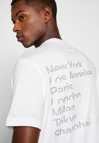 Michael Kors - CITY TEE - T-shirt con stampa - white - 5