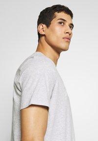 Michael Kors - REFLECTIVE SLASH TEE - T-shirts med print - heather grey - 3