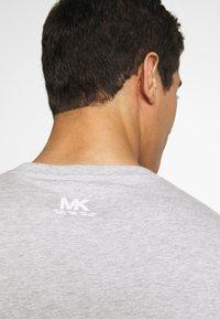 Michael Kors - REFLECTIVE SLASH TEE - T-shirts med print - heather grey - 4