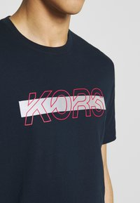 Michael Kors - REFLECTIVE SLASH TEE - Camiseta estampada - dark midnight - 5