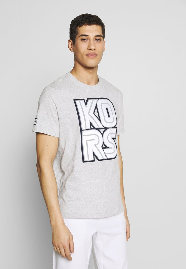KORS TECHNO TEE - Camiseta estampada - heather grey