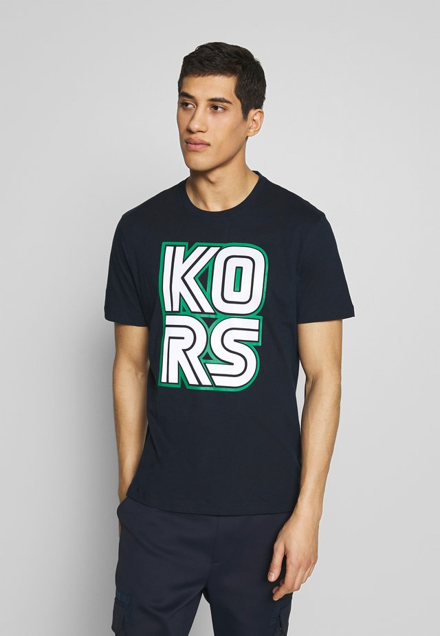 KORS TECHNO TEE - T-shirt con stampa - dark midnight