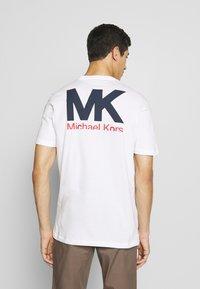 Michael Kors - PATCH LOGO TEE - Camiseta estampada - white - 2