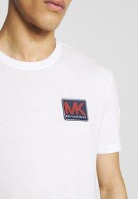 Michael Kors - PATCH LOGO TEE - Camiseta estampada - white - 4