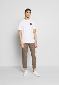 Michael Kors - PATCH LOGO TEE - Camiseta estampada - white - 1