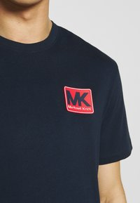 Michael Kors - PATCH LOGO TEE - Camiseta estampada - dark midnight - 5