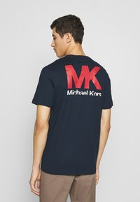 Michael Kors - PATCH LOGO TEE - Camiseta estampada - dark midnight - 2