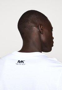 Michael Kors - SHADOW LOGO TEE - T-shirt con stampa - white - 5