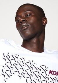 Michael Kors - SHADOW LOGO TEE - T-shirt con stampa - white - 3