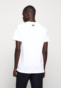 Michael Kors - SHADOW LOGO TEE - T-shirt con stampa - white - 2