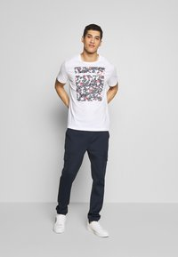 Michael Kors - SCATTERED LOGO TEE - T-shirt con stampa - white - 1