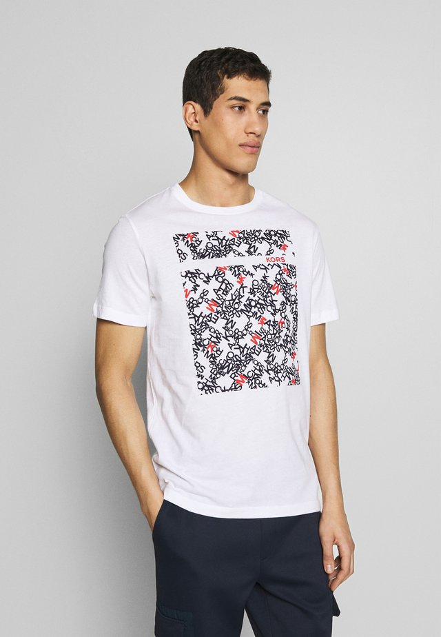 SCATTERED LOGO TEE - Camiseta estampada - white