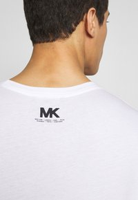 Michael Kors - SCATTERED LOGO TEE - T-shirt con stampa - white - 3