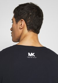 Michael Kors - SCATTERED LOGO TEE - T-shirt con stampa - dark midnight - 3