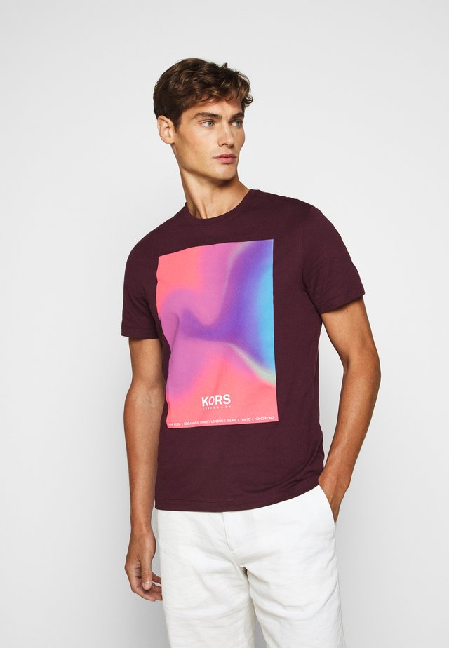 GRADIENT SUNSET - T-shirt z nadrukiem - deep wine