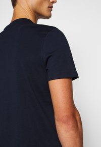 Michael Kors - TONAL TEE - Print T-shirt - dark midnight - 5