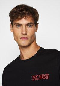 Michael Kors - GLOBE TEE - T-shirt con stampa - black - 2