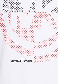 Michael Kors - TARGET TEE - Camiseta estampada - white - 2