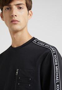 Michael Kors - MIXED MEDIA CHEST POCKET CREW NECK - Sweatshirt - black - 4