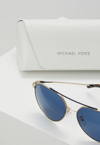 Michael Kors - ANTIGUA - Zonnebril - shiny pale gold-coloured - 2