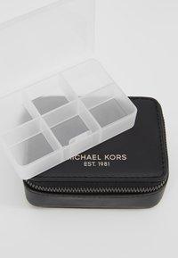 Michael Kors - PILL ORGANIZER GIFTING - Kosmetyczka - black - 2