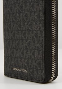 Michael Kors - GREYSON TECH ZIP AROUND - Peněženka - black - 2
