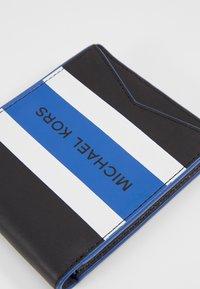 Michael Kors - BILLFOLD & CARD CASE BOX SET - Portefeuille - black/blue - 2