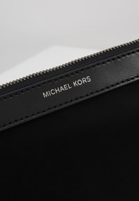 Michael Kors - TRAVEL POUCH - Trousse de toilette - black - 2