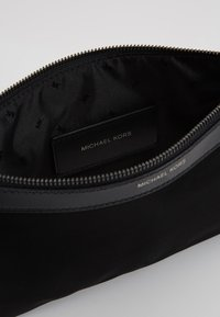 Michael Kors - TRAVEL POUCH - Trousse de toilette - black - 5