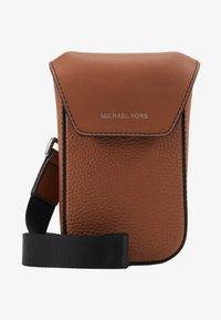Michael Kors - GREYSON FLAP PHONE XBODY - Across body bag - cognac - 5