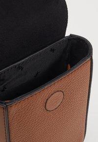 Michael Kors - GREYSON FLAP PHONE XBODY - Across body bag - cognac - 3