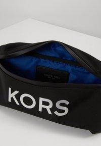 Michael Kors - TECH HIP BAG - Sac banane - black - 5