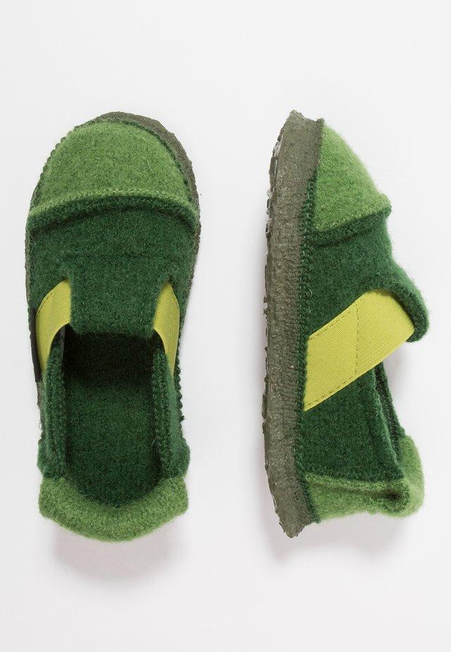 BERG - Tofflor & inneskor - grün