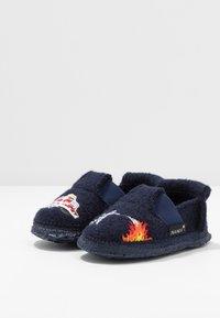 Nanga - FEUERWEHR - Slippers - dunkelblau - 3