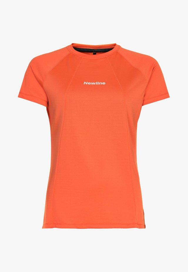 TECH TEE - Print T-shirt - soft orange