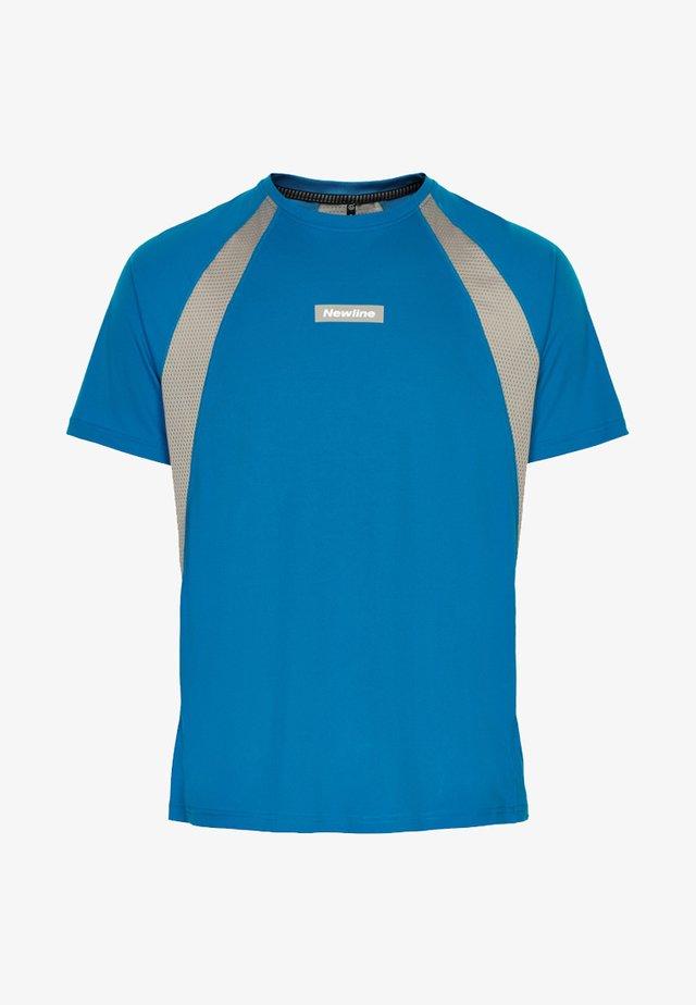 BLACK FEATHER TEE - Print T-shirt - blue