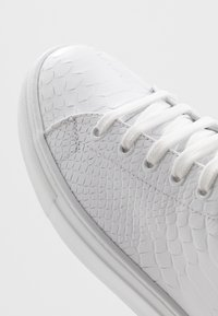 Roberto Cavalli - High-top trainers - white/red - 5