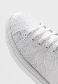 Roberto Cavalli - Sneakersy wysokie - white/red - 5