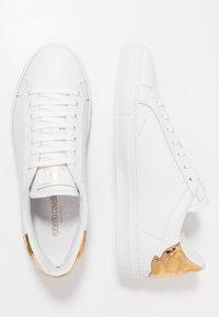 Roberto Cavalli - Sneakersy niskie - white/gold - 1