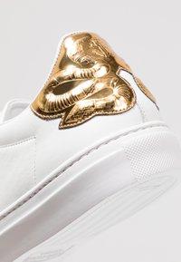 Roberto Cavalli - Sneakersy niskie - white/gold - 5