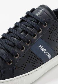 Roberto Cavalli - Sneakersy niskie - navy - 5