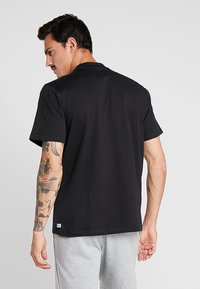 Russell Athletic - BASELINERS  AUTHENTIC  - Basic T-shirt - black - 2