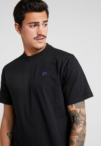 Russell Athletic - BASELINERS  AUTHENTIC  - Basic T-shirt - black - 3