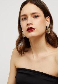 SNÖ of Sweden - RIMII PENDANT EAR PLAIN - Earrings - gold-coloured - 1