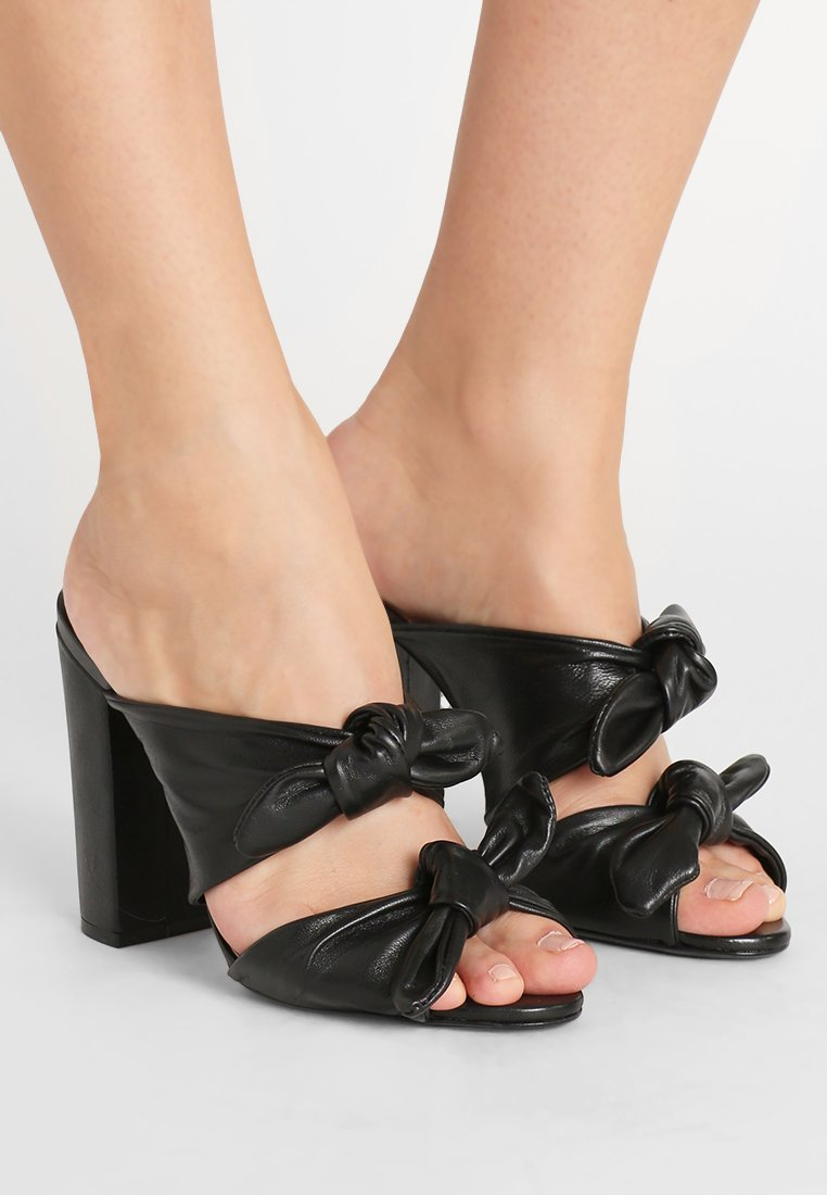 Schutz - Pantofle na podpatku - black