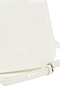 usha - Across body bag - white - 4